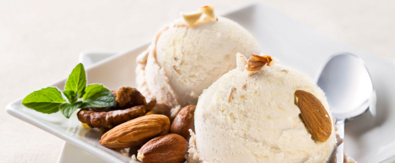 Almond ice cream with almonds