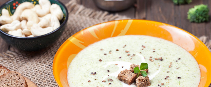 Cashew and broccoli soup with bread